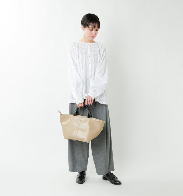 model saku:163cm / 43kg color : greige × black / size : one