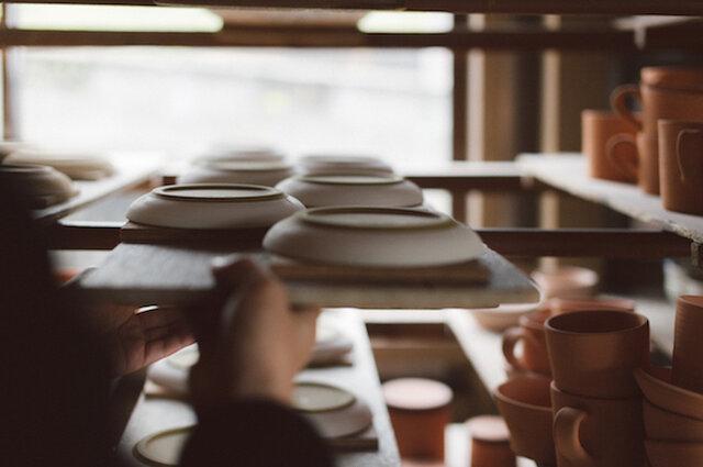 【SUEKI CERAMICS】 徳島県・大谷焼の里で130年続く窯元から誕生。 伝統技術と独創的な個性を融合し、暮らしになじむ 実用性の高い陶器を数々生み出している