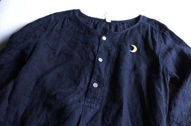 ネイビーの洋服に合わせれば、ほら、夜空に月が浮かんでいるみたい。