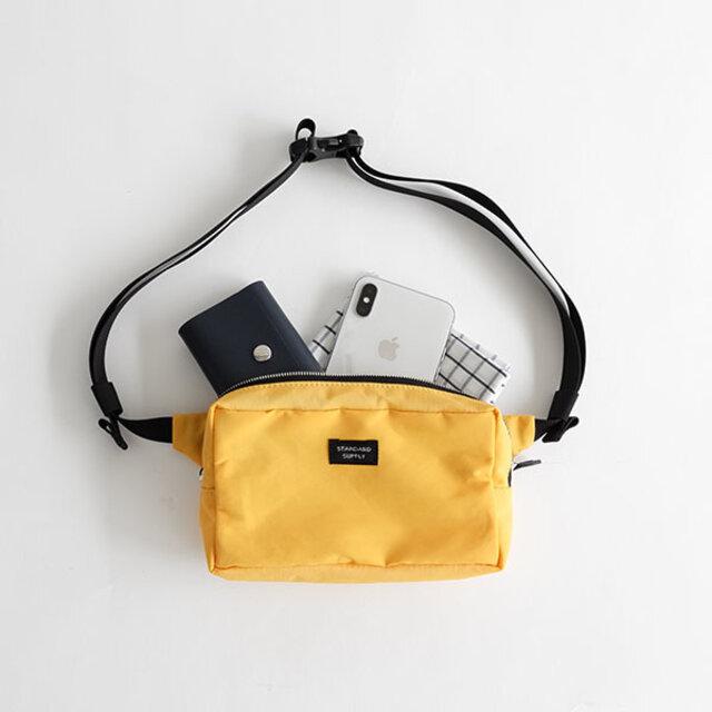 SQUARE POUCHのデザインをそのままウエストポーチに落とし込んだアイテムです。 iPhoneがちょうど横に入るサイズで、コンパクトな財布やカードケースなどが収納できます。