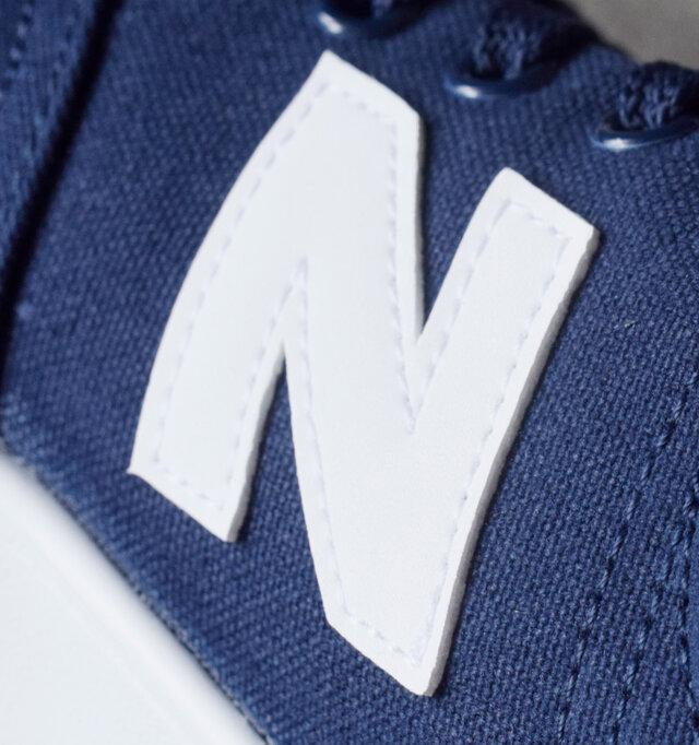 カジュアルな印象のキャンバス素材は、どんなスタイルにもしっくりと溶け込みます。履き込むほどに風合いを増し、足に馴染ます。キャンバス素材に、ホワイトのブランドロゴが映えます。