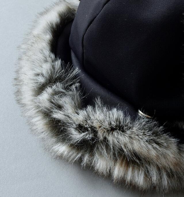 後ろ部分のファーもスナップボタンが配され、上げ下げが可能。寒さの厳しいときはボタンを外して首を温めて。