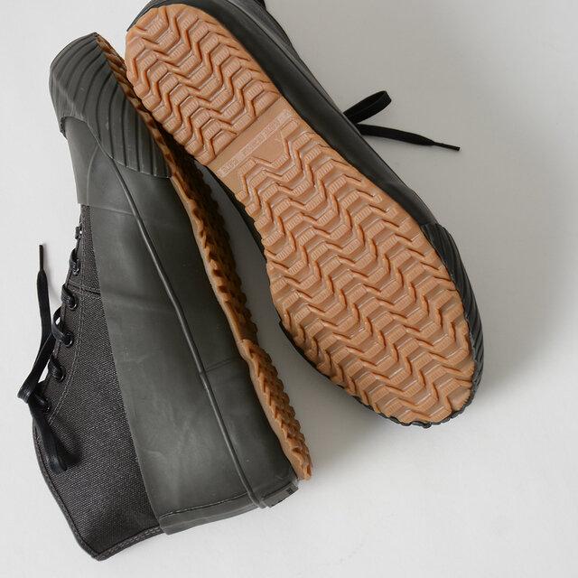 アウトソールは地下足袋で培った技術を応用した滑りにくい設計で、雨の日でも安心です。