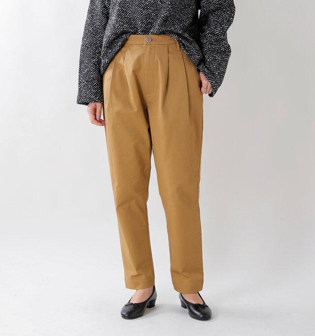 ヒップからワタリにかけてはゆったり。裾に向かってテーパードを掛けた美しいシルエットのフルレングスパンツ。