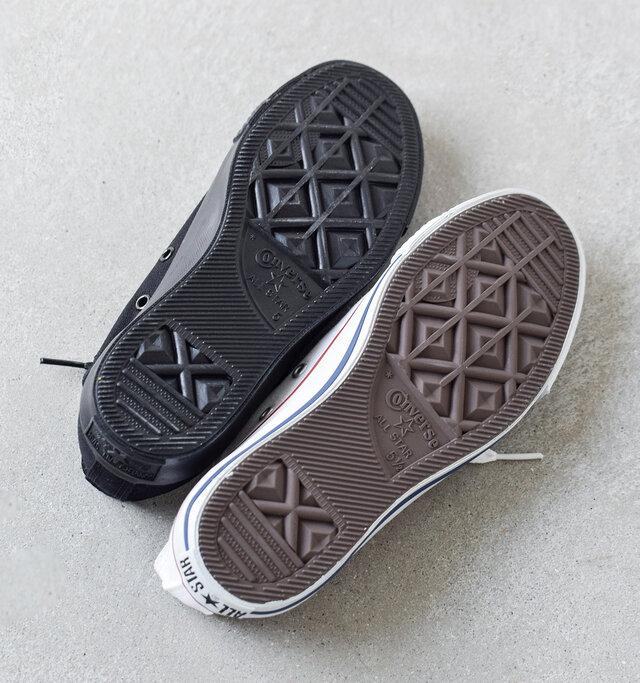 グリップ力の高いラバーアウトソール。ダイヤ型の凹凸が地面をしっかり掴み、スムーズな蹴り出しで快適な歩行をサポートします。