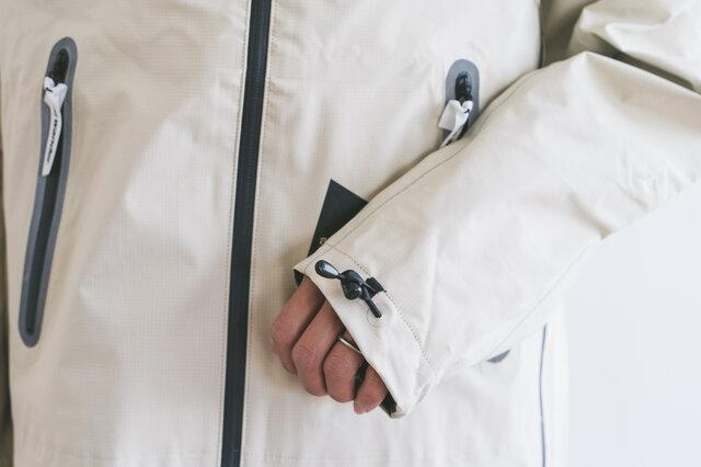 フードや袖口、裾は、ドローコードでフィット感を調整できます。