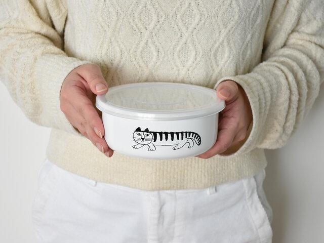 サラダや煮物などの一品料理を乗せるお皿として、またたっぷり入るお弁当箱としても使用できます。