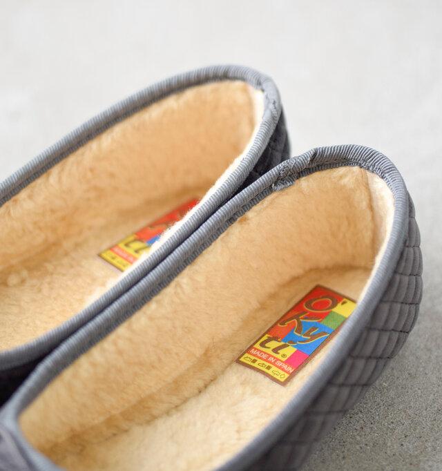 素足で履いても気持ちいいふわふわのボアライニング。寒い季節もおしゃれが楽しめます。