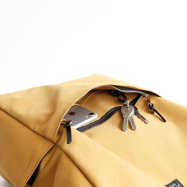 フロントポケットは大きめの手帳も収まるサイズ感。鍵を付けられるフックも付いています。