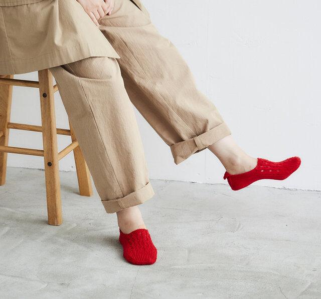 リネンのシャリ感が心地よいホールガーメントのルームカバー。  ソックスやタイツとの重ね履きは勿論ですが、素足に直接はいていただくと心地の良さを実感していただけます。