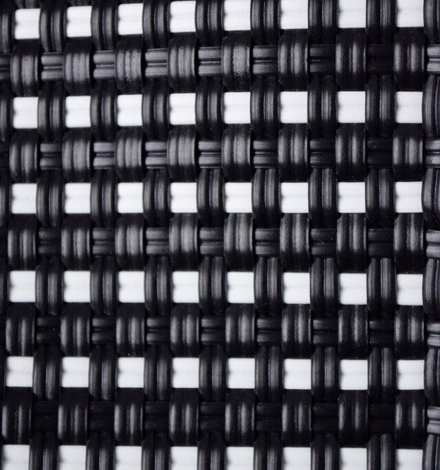 プラスチックコードでしっかりと編み上げた丈夫な作りとなっており、雨に強く、汚れてもサッと拭くだけの簡単お手入れ。