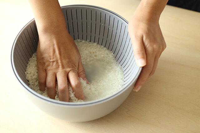 商品名にもあるようにまずはお米を研いでみて下さい。 作り手側のお米への愛情が感じられると思います。 (詳しくは、下記でご紹介します。) お米のとぎ方次第でふっくらとキラキラ輝くお米が炊けますので、 ひと粒ずつを傷つけないように優しくささっと研いでくださいね。  お米だけじゃなく、様々な調理に使えるザルとボウル。 毎日ガンガン使って下さいね。