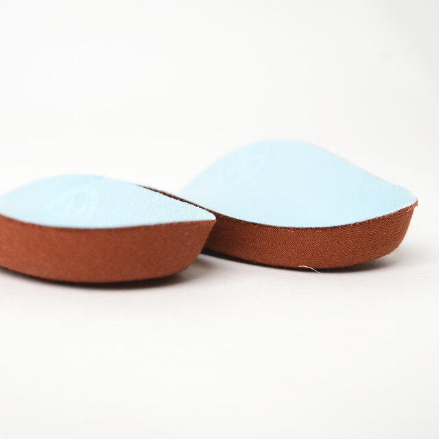 本体にはインソールの素材として最適なラバー・コルク混合素材を使用しています。 コルク特有の弾力と硬さで、足裏のアーチを的確に支えます。