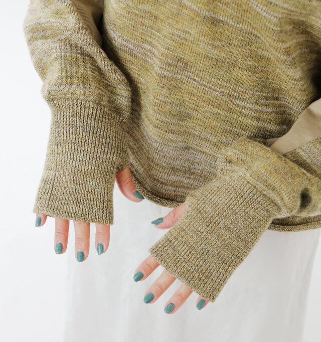 長さのあるリブ袖が優しくフィットし、ブラウジングしても素敵ですね。 親指部分にホールがあり、指穴スタイルも楽しめます。