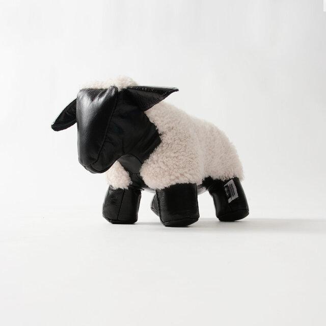 コンパクトでミニチュア感溢れるかわいらしさが◎ 本物の羊を思わせるこだわりのディテールがインテリア性を高めてくれます。 約1150gのしっかりとした重量で役割をこなしてくれますよ。