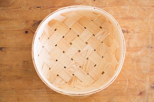 底は四角く、縁は丸い形。コロンと可愛らしいシルエットは、すこしいびつなところがまた魅力的。