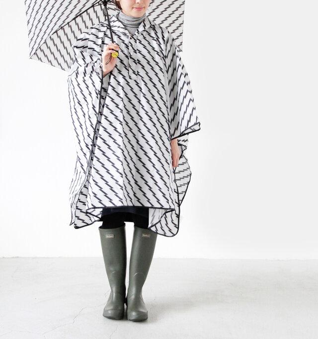 model yama height:167cm / weight:49kg color:zigzag stripe / size:one  傘とお揃いのデザインのレインケープに、レインブーツを履いて大雨でもへっちゃら♪シンプルなホワイトとブラックのデザインだから使いやすいですね。