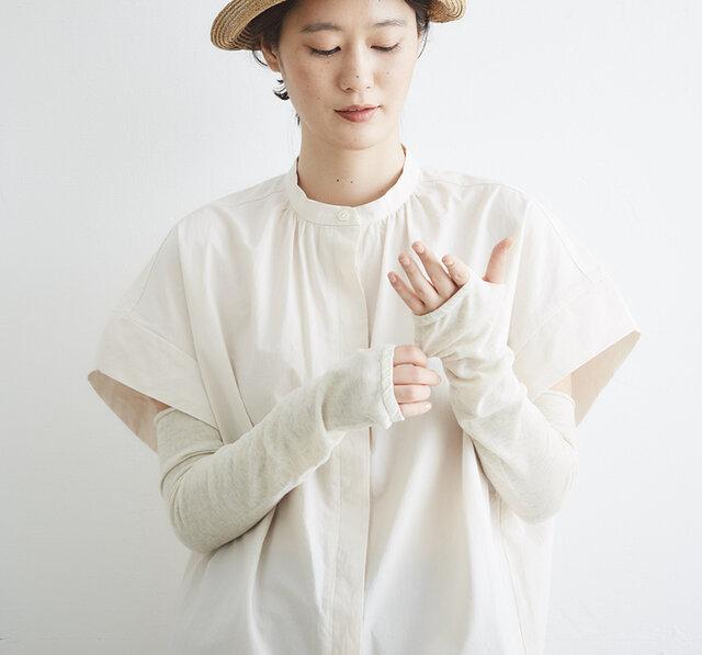 親指部分に穴をあけて、甲までしっかり隠れるように編み立てました。