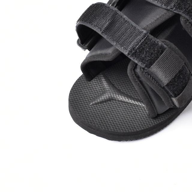 足の指を正しい位置へと導くアーチサポートが施されています。