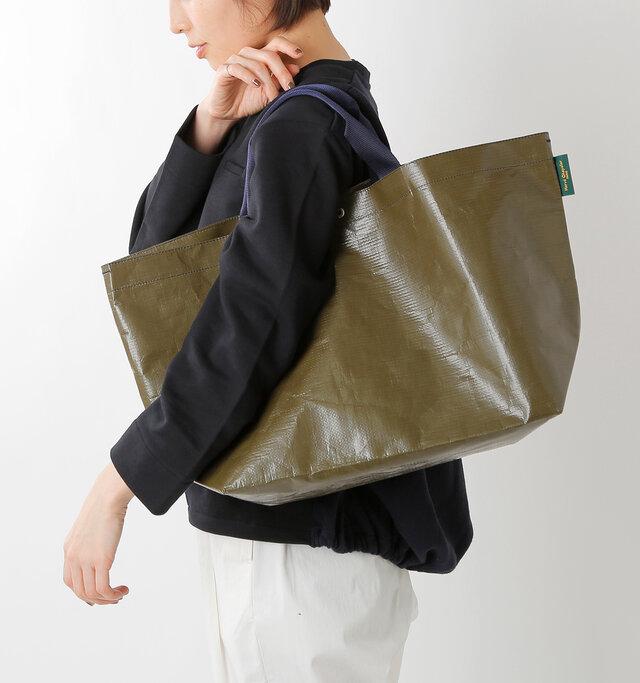 シンプルかつカジュアルな大容量のマルシェバッグ。軽い上にたくさん荷物も入り、汚れてもすぐに洗い流せるので雨の日やアウトドアにもオススメです♪