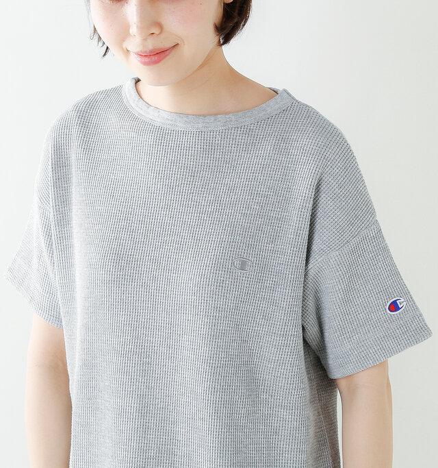 細かな凹凸が独特の風合いのワッフル生地を使用。Tシャツとスウェットの中間くらいの厚みで、頼りになる生地感です。