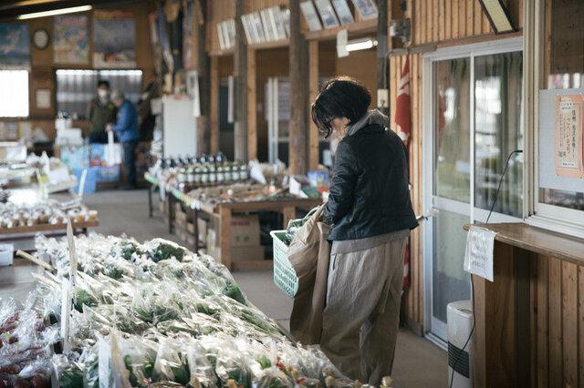 直売所です。いつも美味しい野菜をありがとうございます!手にはザンシンバッグが見えますね。