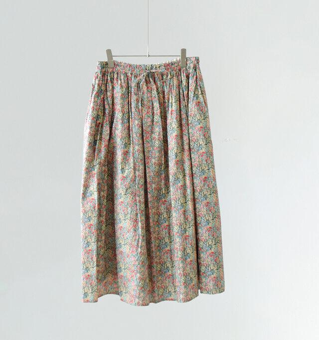 シルエットが美しいスカートにアールヌーボー柄や小花柄、植物やペーズリーなど。 繊細なラインで描かれるリバティプリントをaranciatoだけの特別セレクトで別注した1枚です。