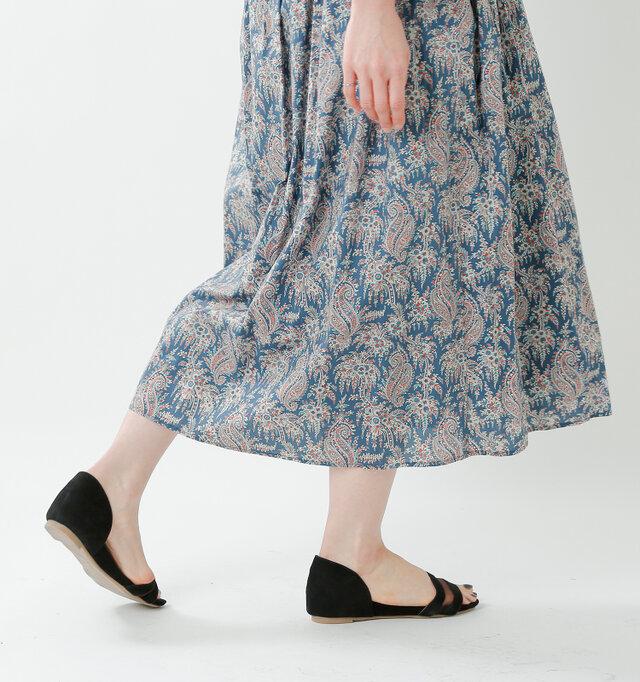 足首を程よく見せるミモレ丈でバランスもとりやすくなっています。裾まで裏地がしっかりと付いているので、透けることなく安心して穿いて頂けます。