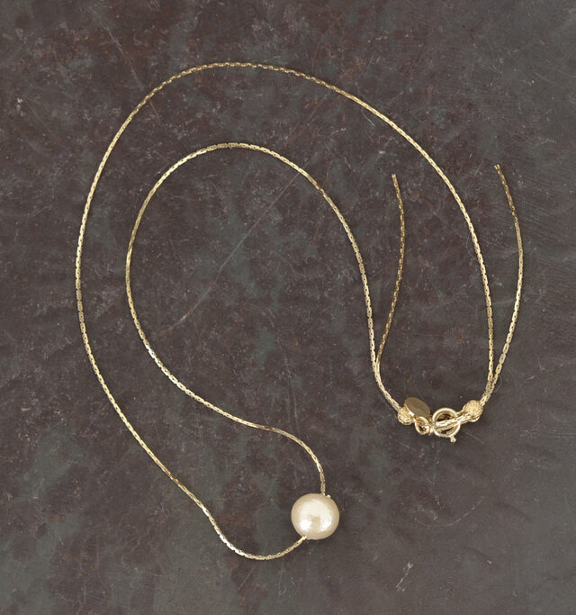 チェーンは全長約42cmの長めのネックレスです。