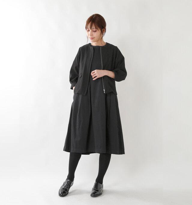 シンプルなカタチと色合いでどんな装いにも合わせやすい。女性らしくも、カジュアルにも変身できる一着に仕上がっています。