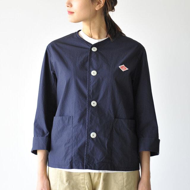 シンプルなノーカラーに幅広で短めの袖はインナーやアクセサリー、小物との組み合わせの自由度を高め、オシャレの幅を広げてくれる逸品です。