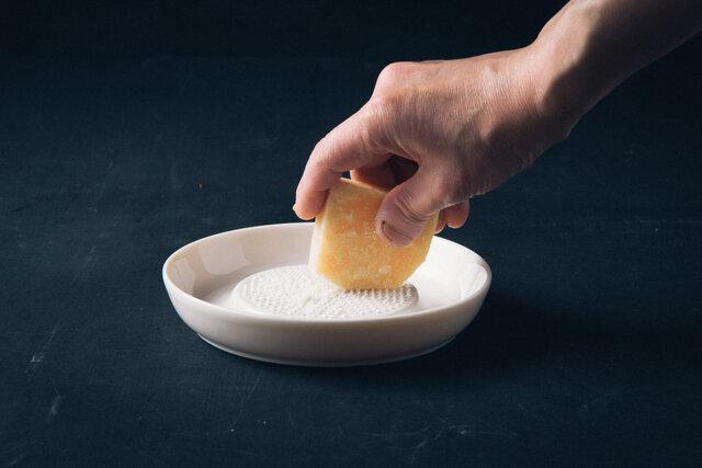 小のサイズは、欲しい量をさっとおろせます。おろしたてのチーズは風味が豊か。