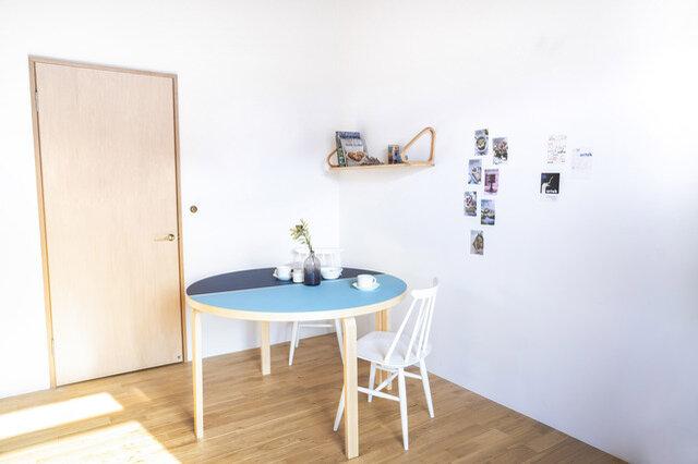 半円テーブルを2つつなげると円形テーブルに。敢えて、カラーを変えても楽しいですね。