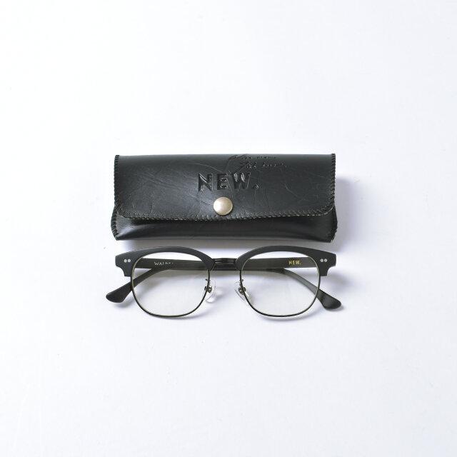 「NEW.」のロゴが入ったメガネケース付き。 ユニセックスなデザインですので、男女問わずプレゼントにもオススメですよ。