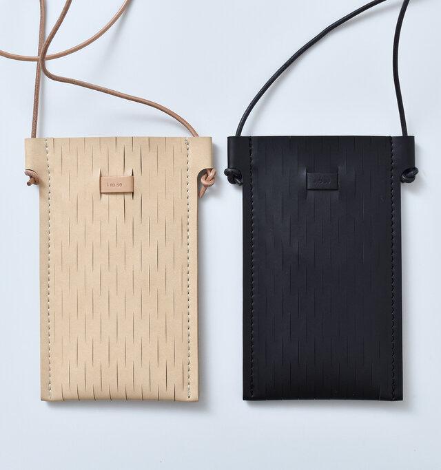 天然皮革の構造と質感を模して開発。ランドセルなどにも使われる軽量で耐久性のある素材です。 カラーは2種類をご用意。
