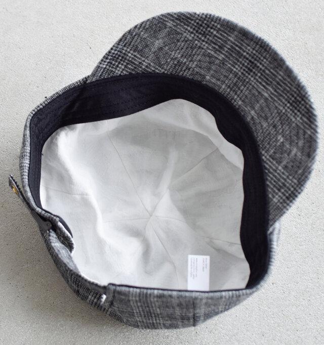裏地には綿素材のジャガード生地を採用し、通気性良く仕上げています。「ナインテイラー」の帽子は、帽子職人と工場でのやりとりを幾度となく繰り返すことで高い品質と細部に至るまでのこだわりを実現した信頼の日本製。職人気質の日本のものづくり精神が宿った逸品といえます。