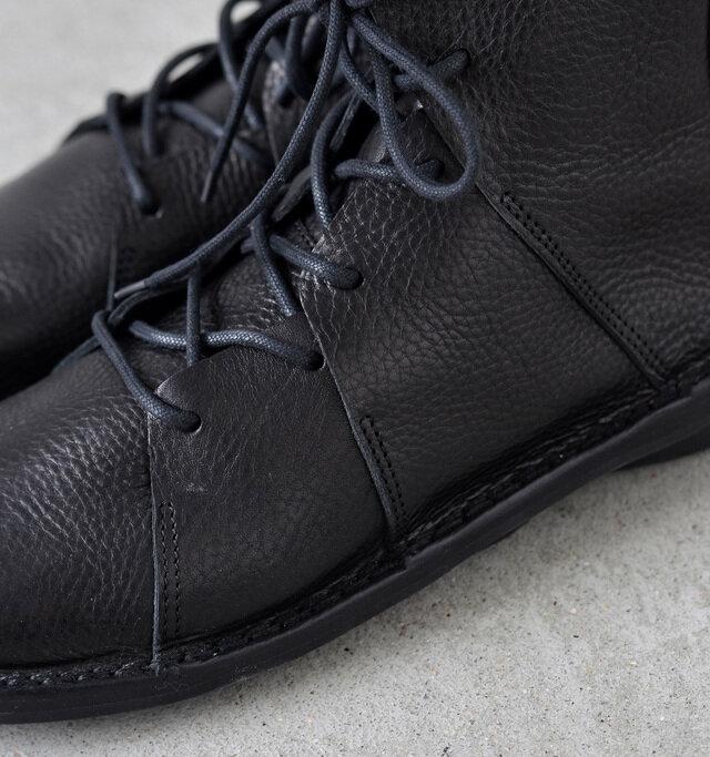 レザーが折り重なるデザイン。足を包み込む、心地良いフィット感を生み出しています。