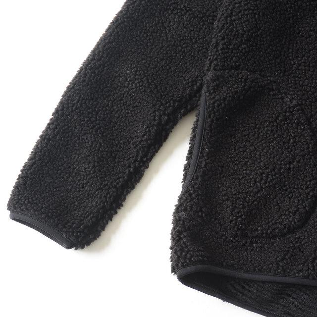 袖口と裾にはストレッチ素材のパイピングを施すことで、程よいフィット感に。 両サイドの丸くステッチの入ったマフポケットが愛らしいアクセントになっています。