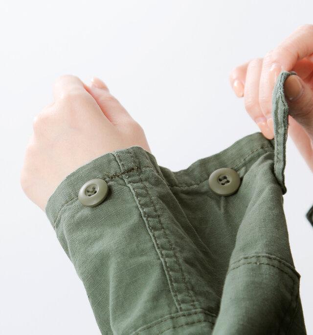 袖口にはボタンがふたつ設置されているので、ストンとルーズに着たり、キュッと絞ってスマートに着たりと、アレンジも楽しむことができます。