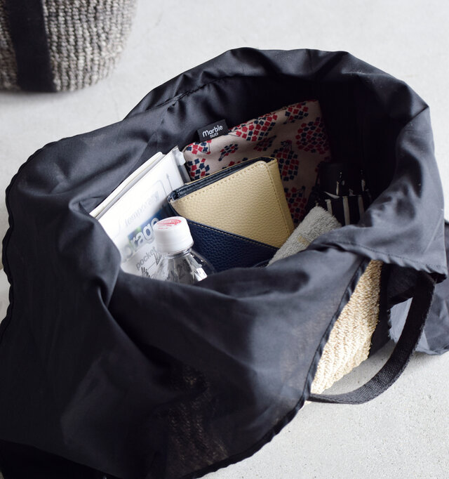 お財布やポーチ、折り畳み傘にペットボトルなど、日常品が入る嬉しいサイズです。