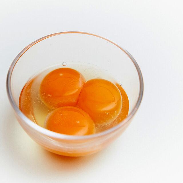  たまご 「マキシマムこいたまご」を使用しています。パプリカなどを配合した飼料を与えることで、鶏の健康を保ち、黄身の濃さを極限まで高めた卵です。 黄身だけでなく白身までも弾力があり新鮮でプリッとしています。自然の副産物である地養素を餌に配合することで卵の生臭みを抑え、甘みとコクを引き出しています。