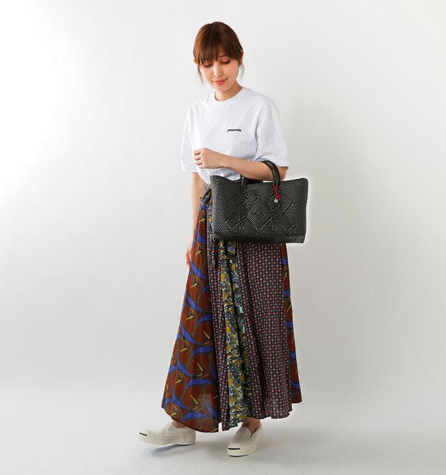 color : black / size : chico  モチーフや持ち手に至るまで、丁寧に編み上げられたトートバッグです。
