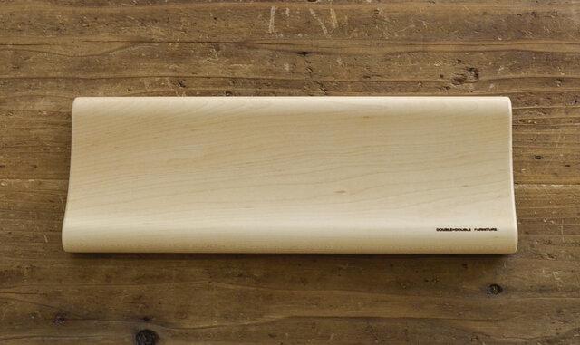 優しいクリーム色のメープル。ナチュラルな色合いが温もりのある木材です。