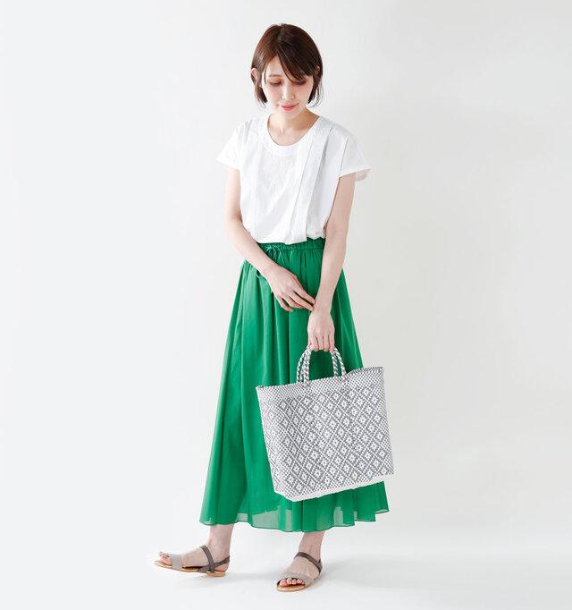 model yama:167cm / 49kg color : silver×white / size : M   夏の日差しがよく似合うカラフルなカラー展開で気分を盛り上げてくれるので、これからの季節にぴったりですね。