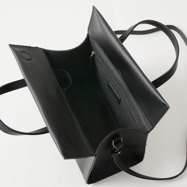 内側には小分けに便利なポケットが2つと、鍵などの貴重品を入れておくのに丁度いいジップ式のポケットが1つ付いています。