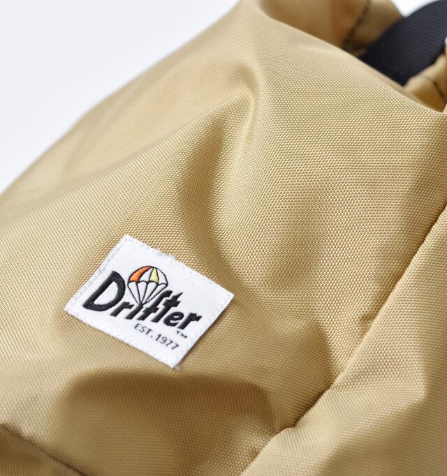 420デニールパッククロスナイロンを使用しています。アウトドア製品やバッグなどによく使われている素材で、強度があり軽いのが特徴です。ベーシックカラー以外にもアクセントになる柄やカラーもご用意。気分に合わせて選んでみてください。