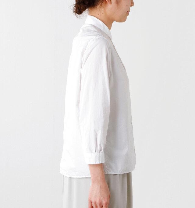ヒップの半分までか隠れる短め丈で、独特のコシのある生地が裾まで一直線に広がることで気になるラインもさりげなくカバー。すっきりと美しく着られる一枚です。