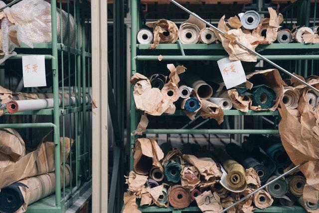 こちらは藤原印刷の工場内に眠る残紙。残糸を残紙でくるもうか。