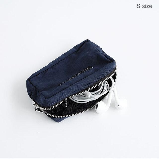 バッグの中で行方不明になりがちなイヤホンやガムや薬など、小さなモノの収納にも便利です。