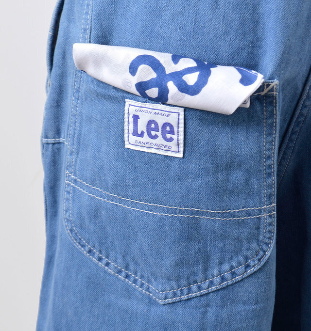大きなヒップポケットがアクセントになって小尻効果も◎。右ポケットにはオリジナルネームが付いています。